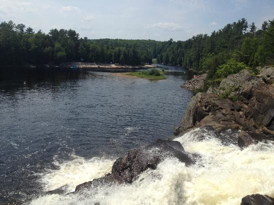 High Falls Cottage Resort: Top of the falls
