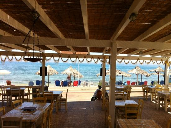 Laza Beach Inn: restaurant and beach front with chairs and umbrellas..