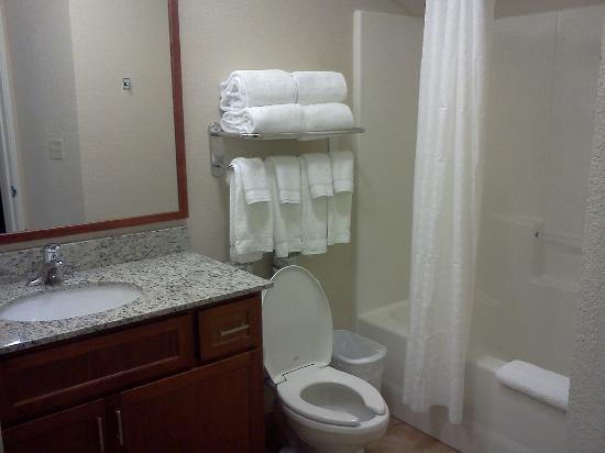 Candlewood Suites Burlington: Bathroom