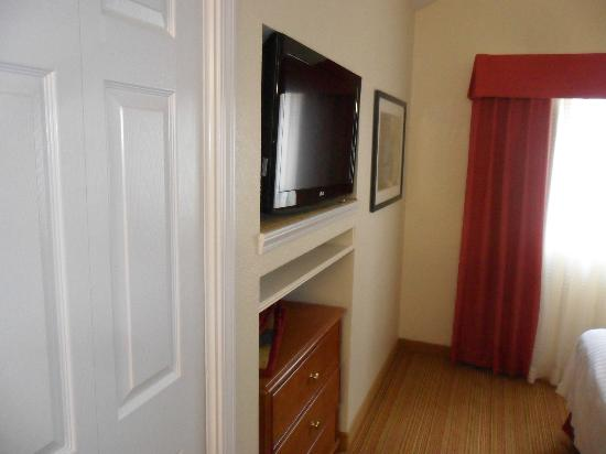 Residence Inn Binghamton: TV, dresser and closet in upstairs room.