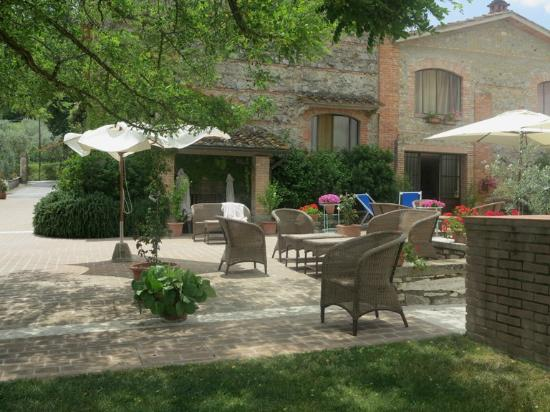 B&B Ponte a Nappo : The Terrace and Outdoor Dining Area
