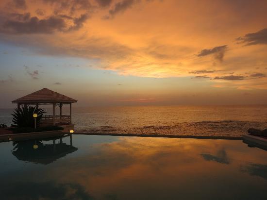 Stella Maris Resort Club : sunrise at the Rainbow pool on the Atlantic side