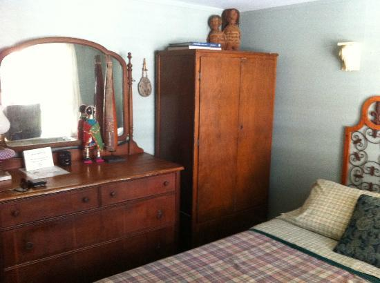 The Chicago House: Nice furniture in my room