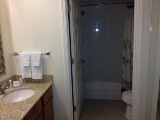 Residence Inn Atlanta Kennesaw/Town Center: Nice size bathroom! Well appointed.