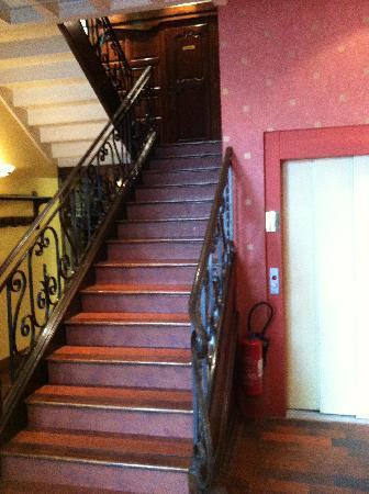 Quality Hotel du Nord Dijon Centre : The stairs and lift