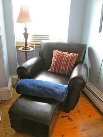 Inn On Carleton: lounge around in the blue room