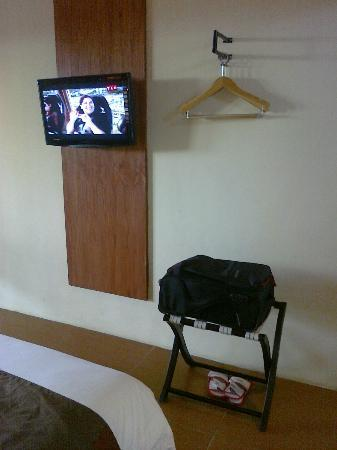 Spazzio Hotel: Clothes hanger and the TV