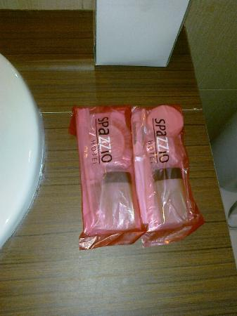 Spazzio Bali Hotel: Bathroom amenities