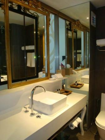 Hard Rock Hotel Penang : Super clean toilet with basic toiletries set
