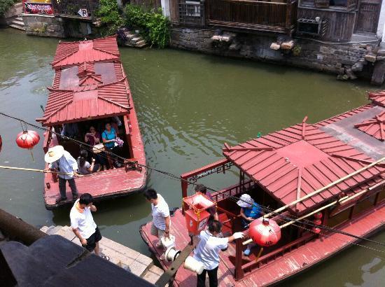 Royal Garden Inn: Tour boats below the window!