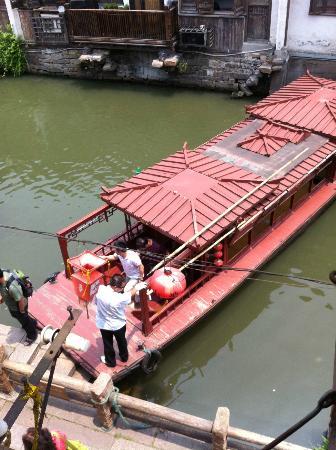 Royal Garden Inn: Tour boat turning around