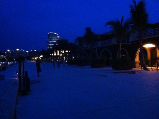 Serenity Marina Hotel: 酒店外的海边长廊