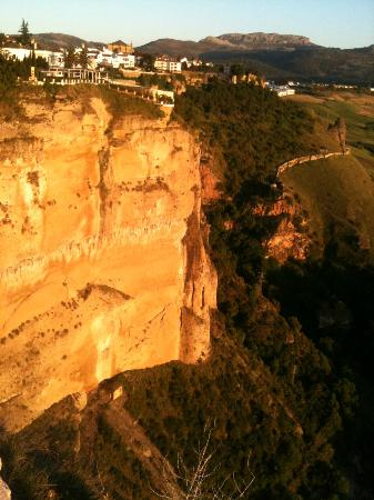 Hotel Don Miguel: Cliffs of Ronda at sunset....an easy walk from the hotel.