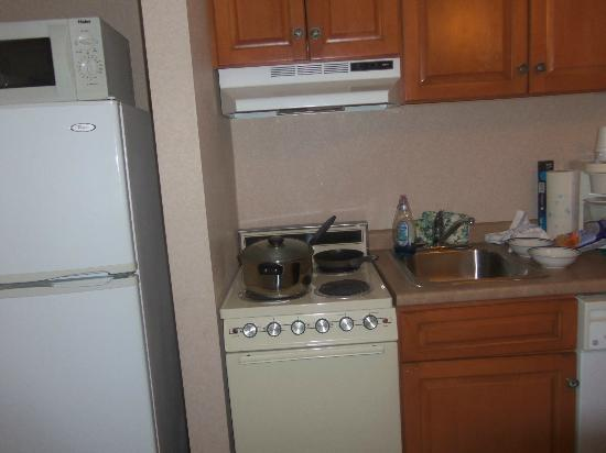 Cabana Shores Hotel: Small efficency kitchen - micro, fridge, stove, sink, small dishwasher & coffee maker