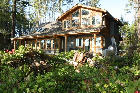 Black Bear Guesthouse: Front of the house facing the water