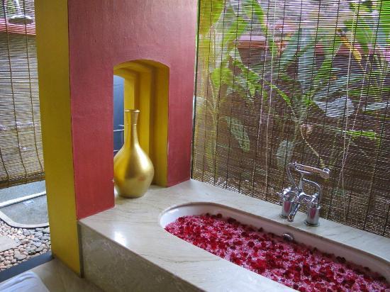 Vivanta by Taj - Kumarakom : Rose petals decorated bathroom