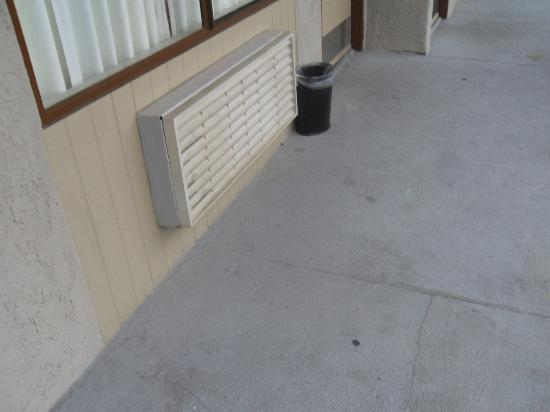 The Buena Park Hotel & Suites: Dirty walkways.