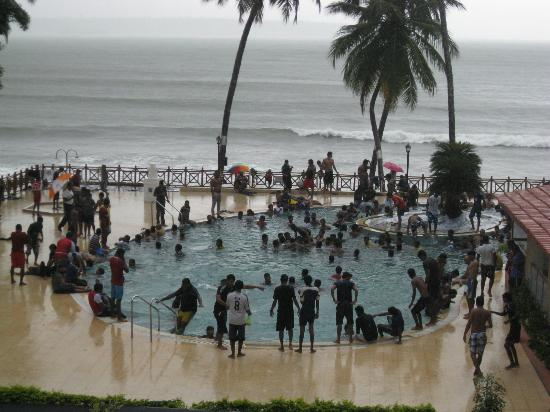 Dona Paula, India: People get into the pool with jeans,suits etc yuk!