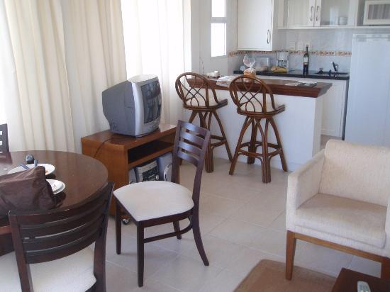 Sunset Beach Hotel: cozinha e sala do quarto
