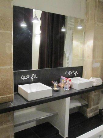 Helzear Montorgueil: Bathroom