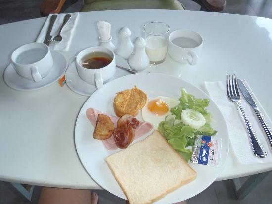 Sugar Marina Resort - ART: Simple buffet breakfast. They also served fried mee, vege, potatoes, juice, tea, coffee etc ...