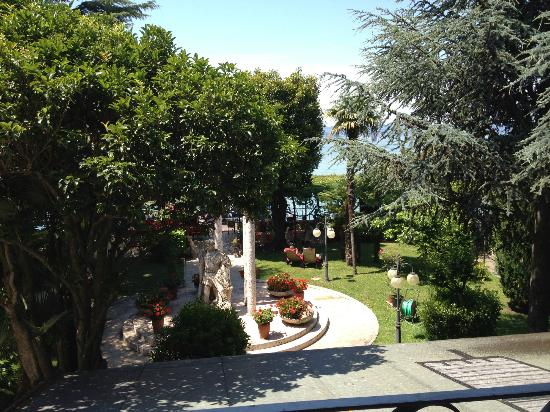 Hotel Catullo: View of the gardens from the balcony