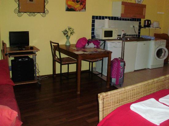 คลับอพาร์ทเมนต์ส แอนด์รูมส์: Kitchen & dinning area