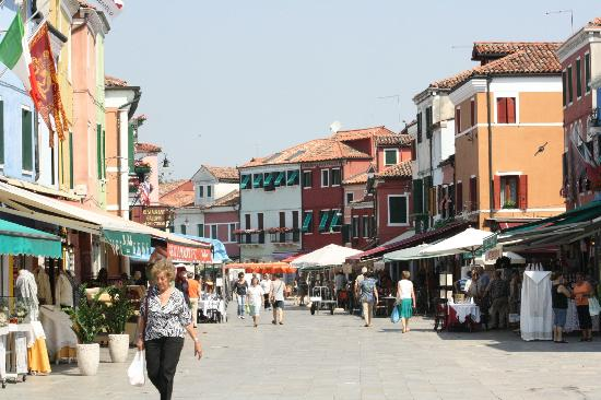 Burano, İtalya: Restaurant and shops