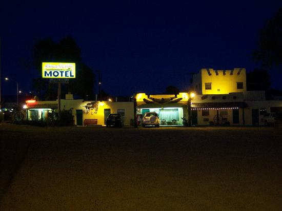 Silver Saddle Motel: Outside Hotel