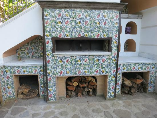 Don Alfonso 1890 Boutique Hotel: outdoor pizza oven