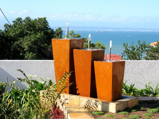 Aquamarine Guest House: Waterfeature and ocean/ garden view