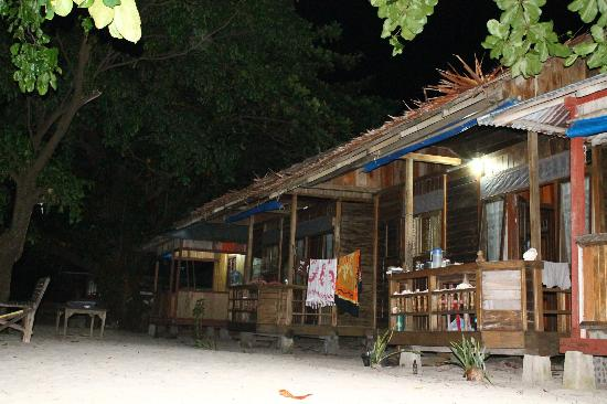 Tante Martha Homestay: Bungalow in the evening