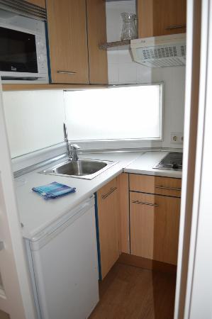 Apartamentos Bellamar: kitchen (small but had everything you need)