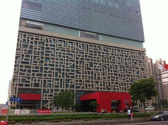 Jumeirah Himalayas Hotel Shanghai: Front entrance