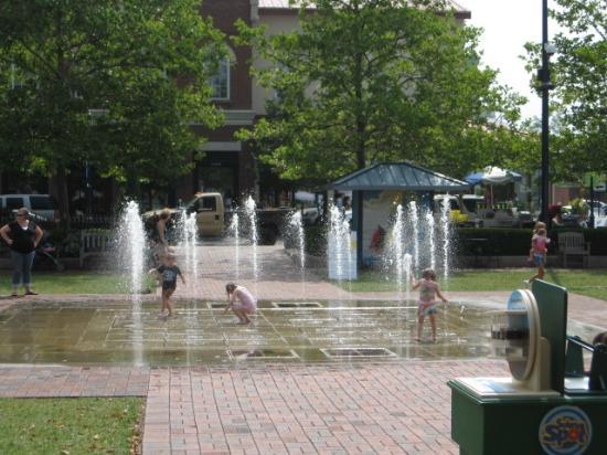 Easton Town Center: Splash pad fun