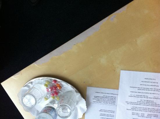 Seifert Hotel: Abgenutzter Tisch im Zimmer