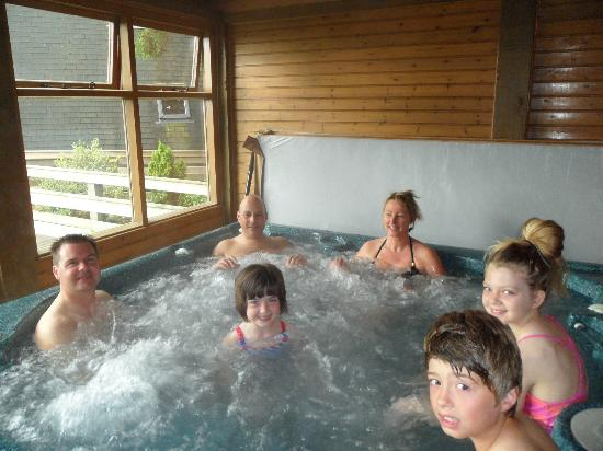 Easthill Farm House: Hot tub