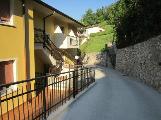 Hotel la Rotonda: Links die Zimmer, rechts die Steinwand, in der Mitte die Straße