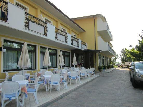 Hotel la Rotonda: Gleich neben den Tischen fahren die Autos