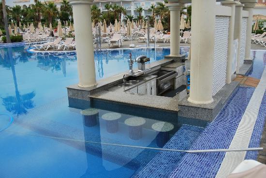 Piscina 1 con bar en el agua picture of hotel riu for Piscinas chiclana