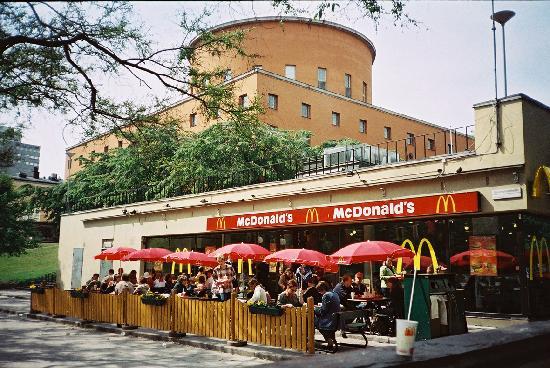Hard Rock Cafe: In un bellissimo spazio a fianco alla Biblioteca Comunale.foto cecilia polidori