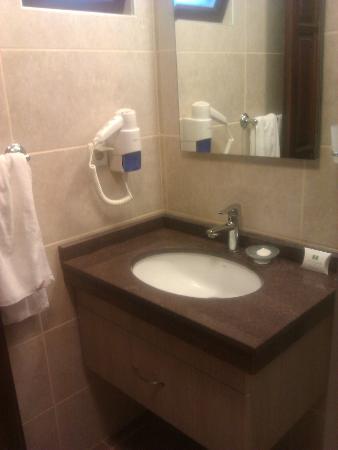 Hotel Greenland: lovely modern bathroom with hairdryer
