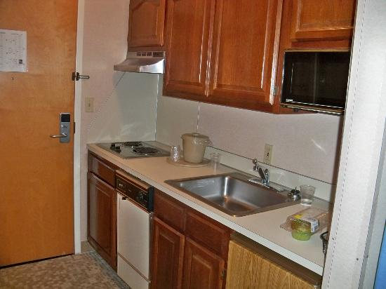 Quality Suites: Kitchen in room.