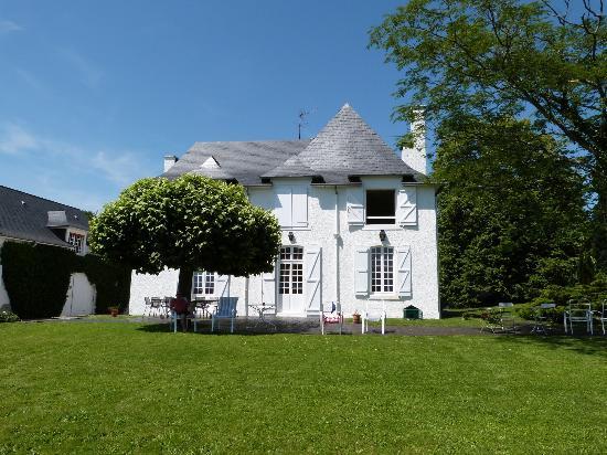 Clos Mirabel Manor : Garden view of main house