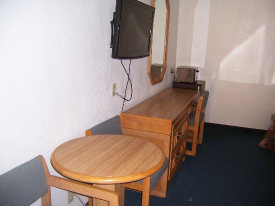 Mt. Whitney Motel: Desk, dresser, TV, microwave & refrigerator