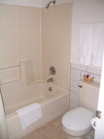 Mt. Whitney Motel: Bath with tub, shower and toilet