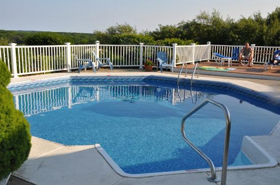 Glen Cove Inn & Suites: Small, well kept pool