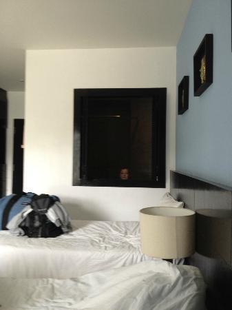 بينيادا لودج: Room and view into the bathroom 