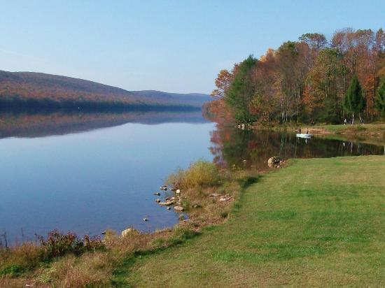 Mauch Chunk Lake Park: Autumn day at east end of lake