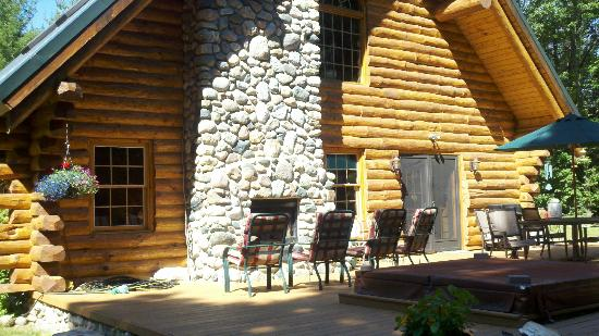 Beaver Island, มิชิแกน: Outside deck & fireplace - critter viewing central